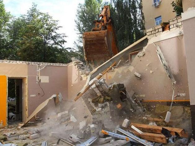 В Казани снесли пивной магазин на Островского