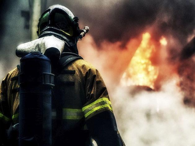 В Казани огонь от загоревшейся иномарки перекинулся на столетний жилой дом