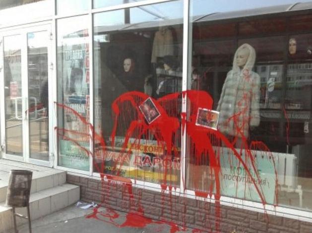 В Казани неизвестные залили витрины мехового салона красной краской